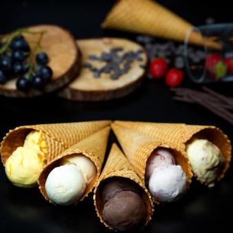 Diferentes tipos de sorvete em waffles crocantes