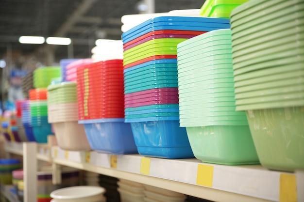 Diferentes tipos de tigelas de plástico no supermercado