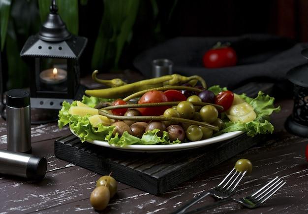 Diferentes tipos de turshu marinado, bagas e frutas