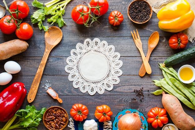 Diferentes tipos de vegetais em uma mesa de madeira velha