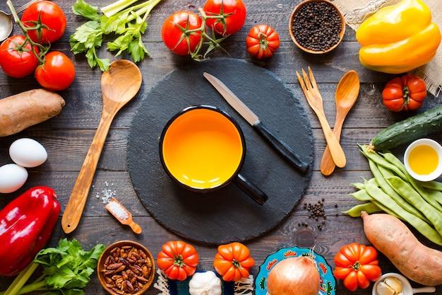 Diferentes tipos de vegetais, em uma mesa de madeira velha