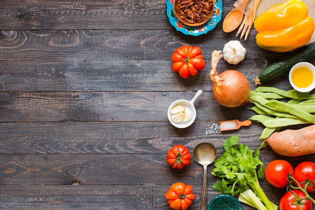Diferentes tipos de vegetais, em uma velha mesa de madeira, plano de fundo