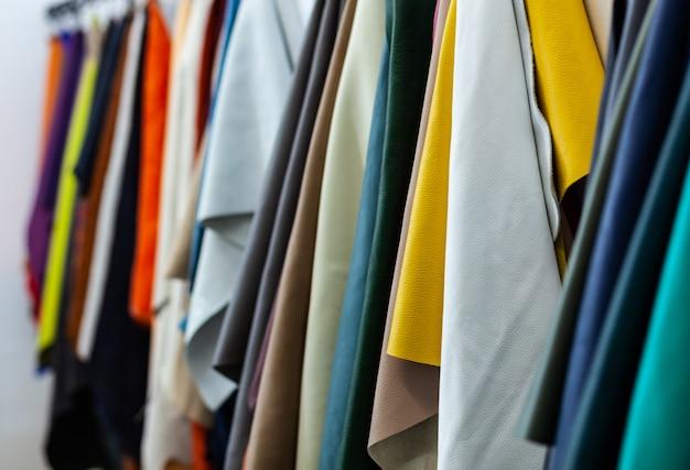 Diferentes tipos e cores de couros.