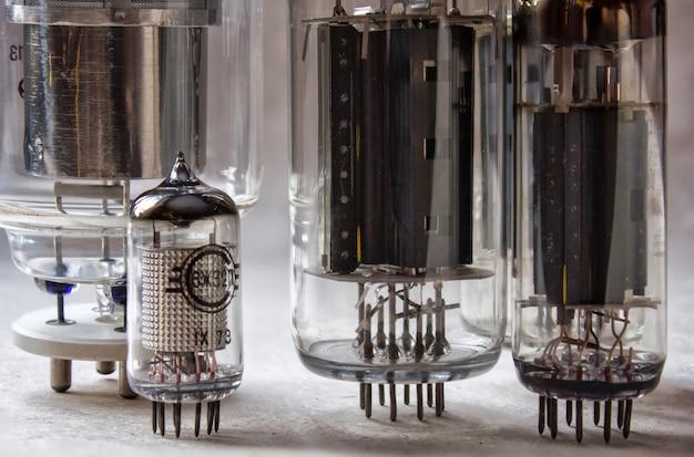 Diferentes tubos de vácuo eletrônicos. close-up vista.