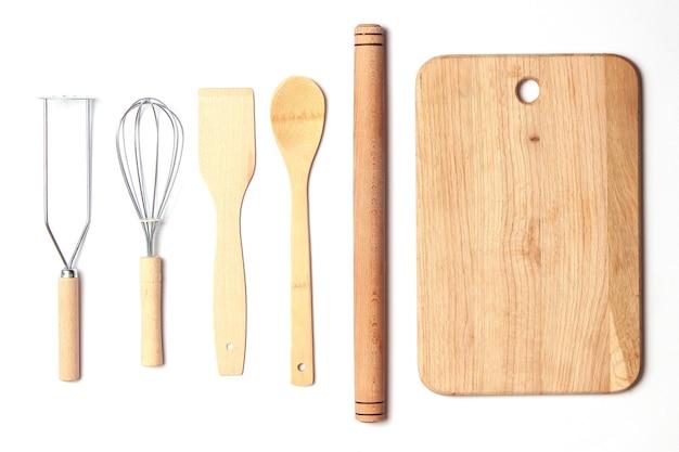 Diferentes utensílios de cozinha em um plano de fundo claro, vista de cima, aparelhos de cozinha