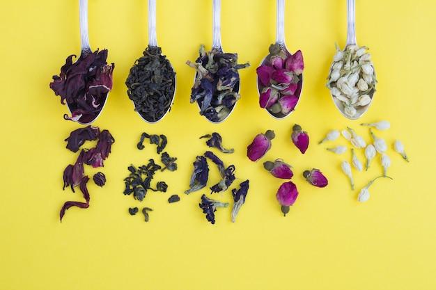 Diferentes variedades de chá em colheres de prata