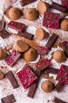 Diferentes variedades de chocolate: chocolate amargo, chocolate ao leite, trufas de chocolate