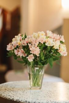 Diferentes variedades de flores frescas da primavera na sala de geladeira para flores.