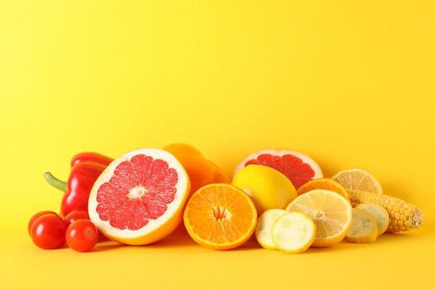 Diferentes vegetais e frutas em amarelo