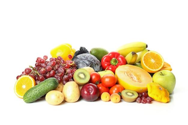 Diferentes vegetais e frutas isoladas no fundo branco