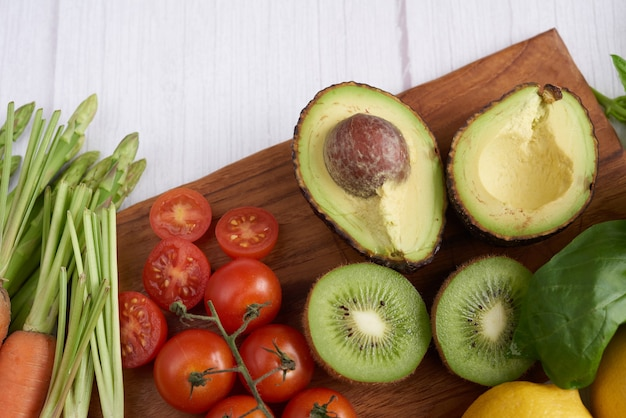 Diferentes vegetais e frutas na mesa. vista de cima plana.
