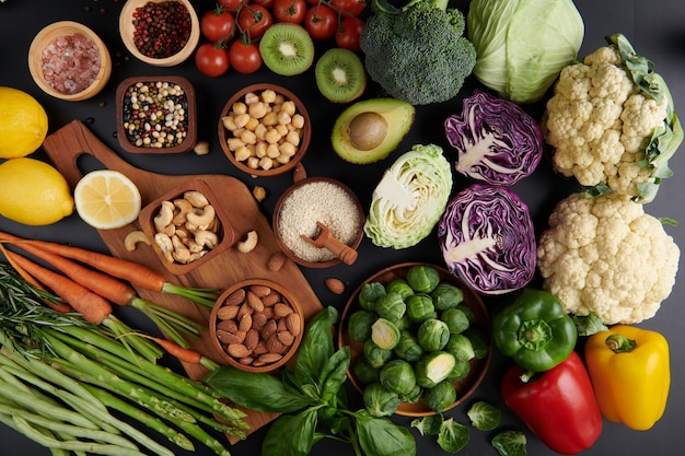 Diferentes vegetais, sementes e frutas na mesa. dieta saudável. vista de cima plana.