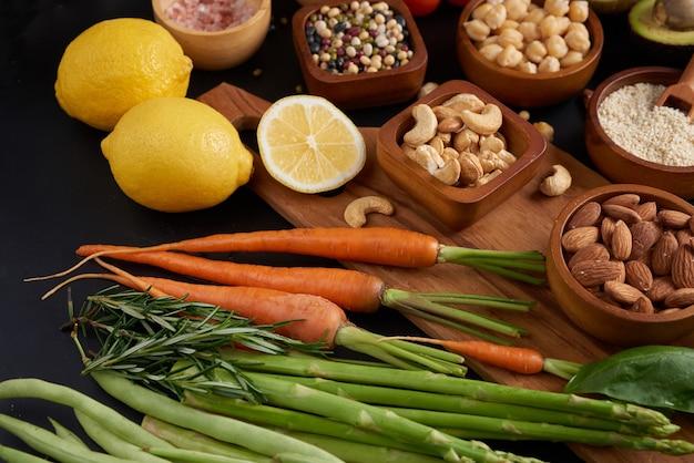 Diferentes vegetais, sementes e frutas na mesa. vista de cima plana.