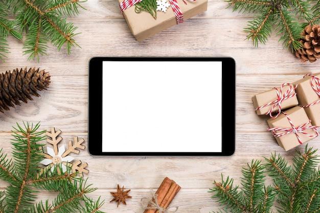Digital tablet com decorações de natal rústicas para apresentação do aplicativo. vista do topo