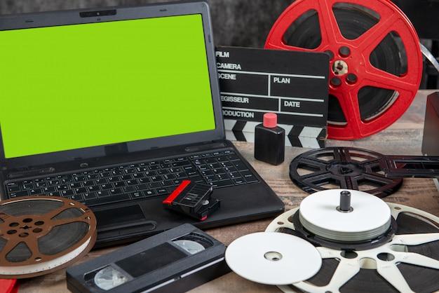 Digitalizando filme antigo de 16 mm com laptop e tela verde