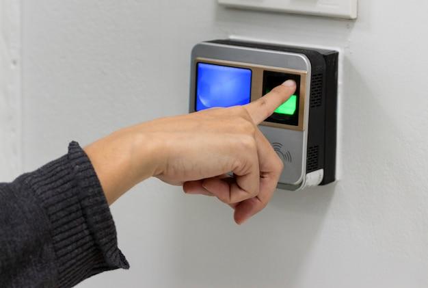 Digitalize o dedo antes de entrar na sala.