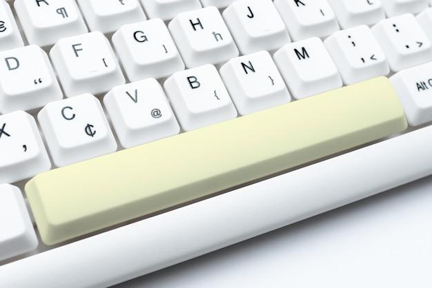 Digitando listas de nomes de membros online, criando novos arquivos de planilhas reunindo informações na internet