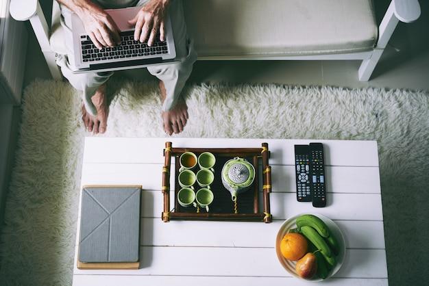Digitando no laptop em casa