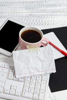 Digitando novas ideias escrevendo notas importantes voz vídeo chamadas tecnologia de comunicação navegação na internet conexão global bebida quente refrescante pesquisa na internet