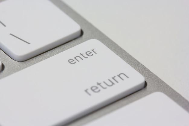 Digite a chave em um teclado closeup