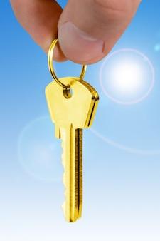 Digite os dedos sobre o fundo azul. conceito de hipoteca