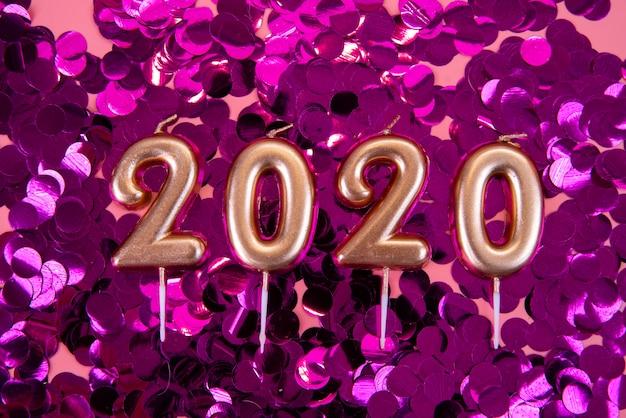 Dígitos de ano novo de 2020 em fundo roxo glitter