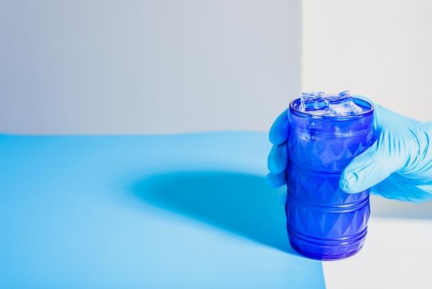 Dilema de beber bebidas alcoólicas sozinho ou na empresa para evitar o alcoolismo, fundo de estudo sem foco.