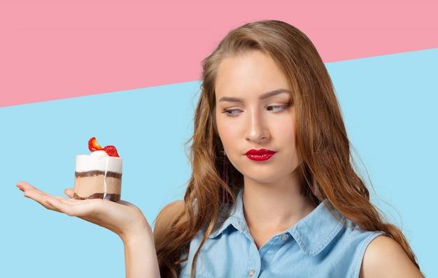 Dilema. mulher na dieta. mulher indecisa com maçã e cupcake