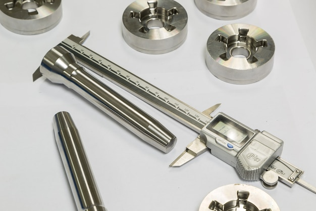 Dimensão de inspeção do operador de peças de tornear cnc