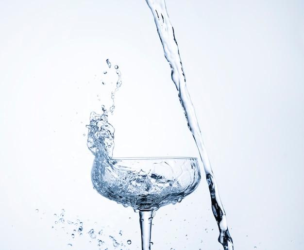Dinâmica de água realista em close-up de vidro