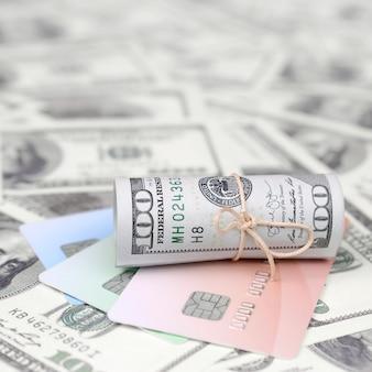 Dinheiro americano e cartões de crédito
