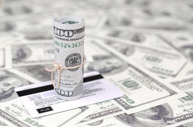 Dinheiro americano e conceito de banco virtual moderno on-line