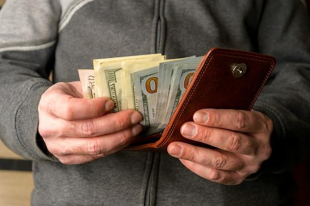 Dinheiro americano nas mãos de homens