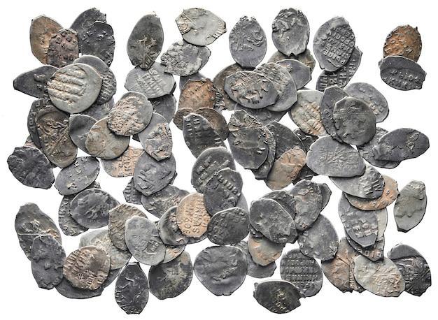 Dinheiro antigo da rússia do século x moedas de prata isoladas em um fundo branco