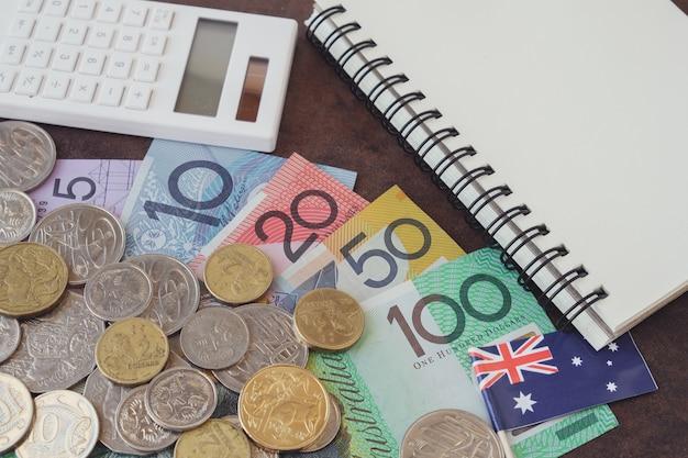 Dinheiro australiano, calculadora aud e notebook