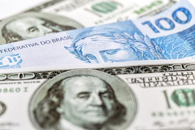 Dinheiro brasileiro e cédulas americanas juntas, conceito de economia