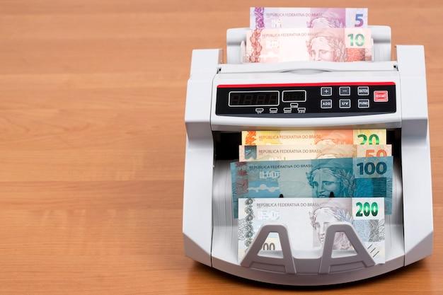 Dinheiro brasileiro em máquina de contagem