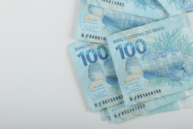Dinheiro brasileiro. notas de 100 reais. copie o espaço.