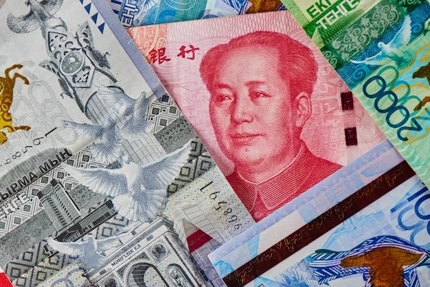 Dinheiro chinês yuan e cazaque tenge.