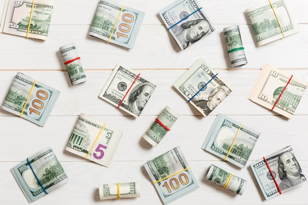 Dinheiro colorido americano cem notas de dólar em cima wiev com texto de copyspace r no negócio