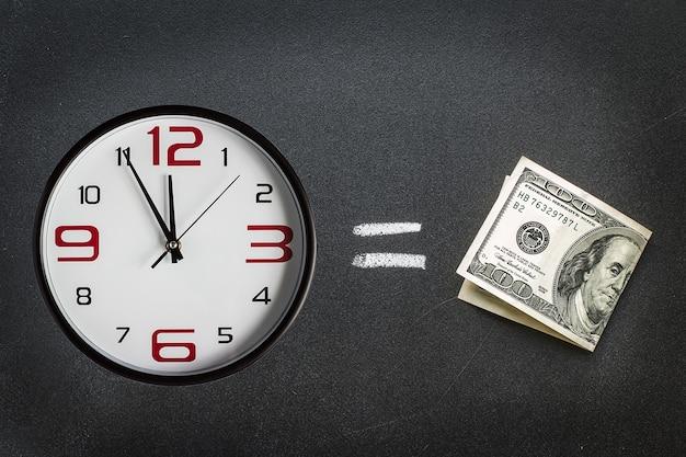 Dinheiro com mostrador de relógio com a hora quase meia-noite. conceito de negócios