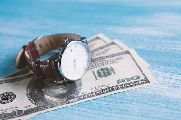 Dinheiro com o relógio e o espaço da cópia