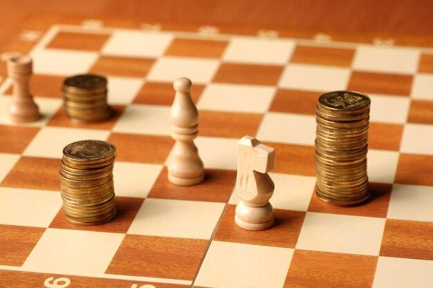 Dinheiro como as moedas são moedas de ouro no conceito de finanças do tabuleiro de xadrez