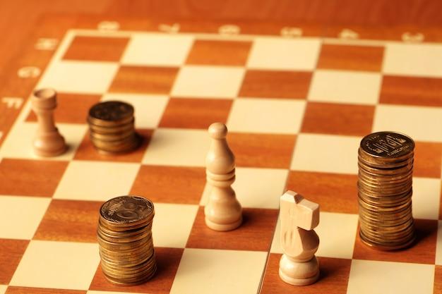 Dinheiro como as moedas são moedas de ouro no tabuleiro de xadrez