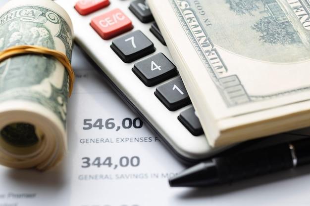 Dinheiro de alto ângulo e calculadora