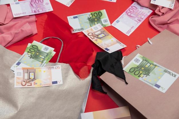 Dinheiro de alto ângulo e sacolas de compras