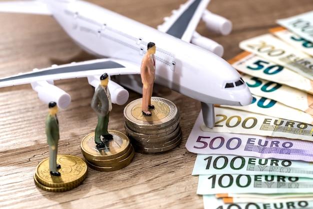 Dinheiro de avião e mini brinquedos pessoas