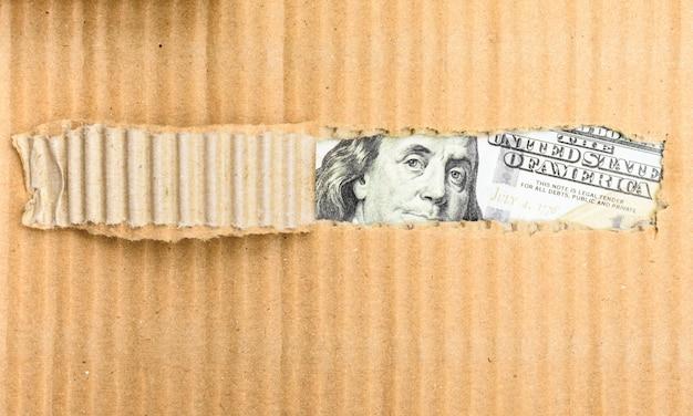 Dinheiro de contrabando descoberto em uma caixa de papelão rasgada