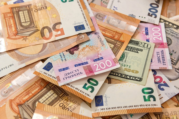 Dinheiro de diferentes países hryvnia, dólares e euros como pano de fundo financeiro