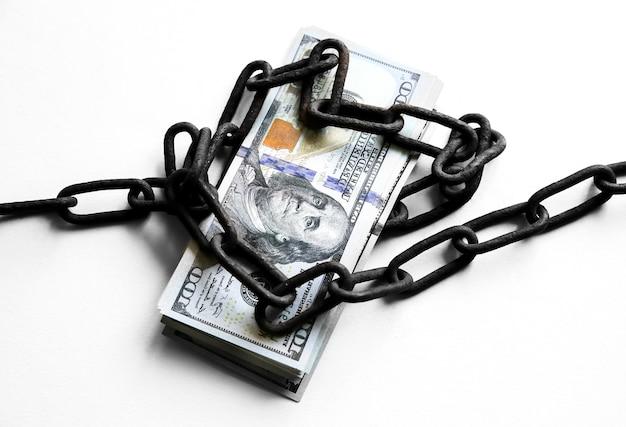 Dinheiro de dólares em velhas correntes enferrujadas. preso por crime ilegal. quebrou a lei. conceito de suborno. corrupção.
